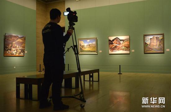"""1月23日,媒体记者在北京中国美术馆举行的媒体预展上拍摄""""美在生活――全国写生艺术展""""作品。"""