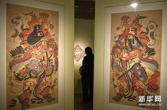 1月23日,媒体记者在北京中国美术馆参观展出的杨柳青年画作品。