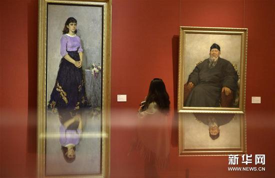 """1月23日,媒体记者在北京中国美术馆举行的媒体预展上参观""""美在生活――全国写生艺术展""""作品"""