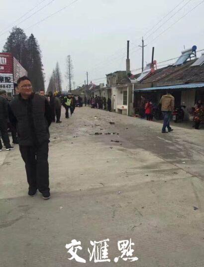 镇江丹阳两辆轿车相撞 致3名行人身亡