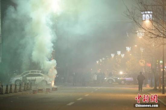 Beijingers buy fewer fireworks over pollution concerns