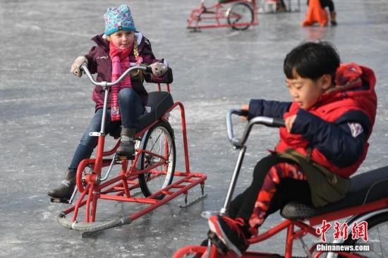 北京民众冰场滑冰过除夕