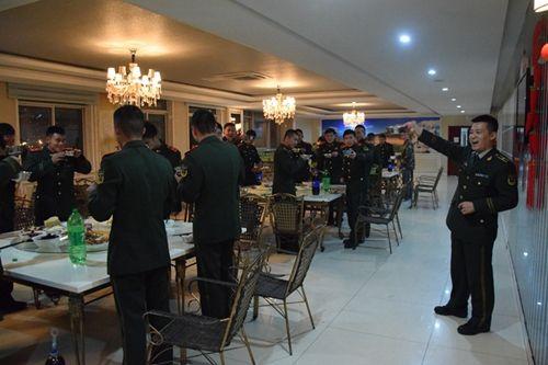 除夕夜,消防战士齐聚新食堂共贺新年。