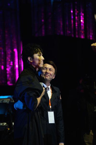 迪玛希《歌手》秀中文告白 父亲惊喜现身加油鼓劲