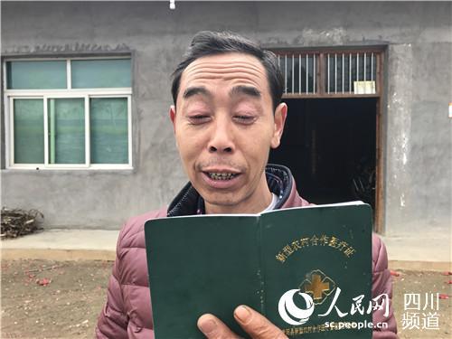 李本华看着儿子的照片给记者介绍儿子的情况。