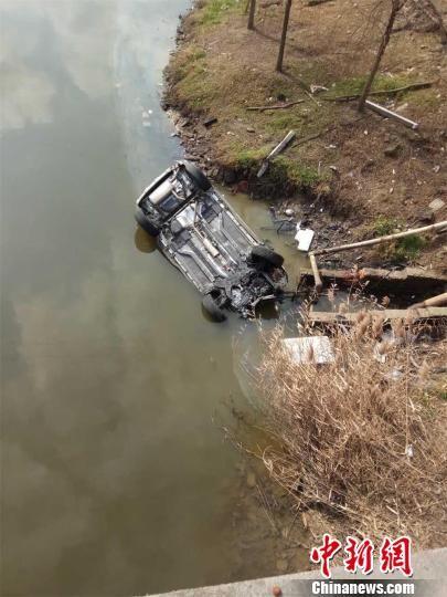 常州一满载5人车辆坠入河中 含一名8岁女童
