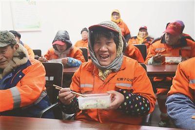 徐州市安康驿站环卫工年初一吃上热饺子