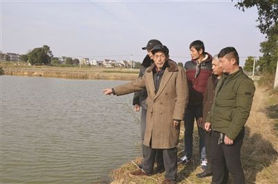 南京老人骑三轮车失控栽进水塘 4村民合力救人