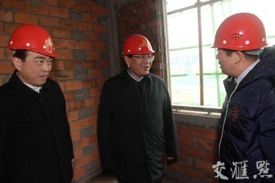 2月3日下午,在阜宁县吴滩街道安置点 ,省委书记李强走进施工现场,详细询问建筑结构、配套设施等情况。交汇点记者 朱江 摄