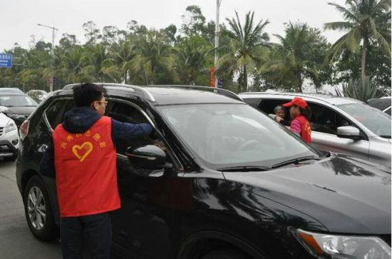 秀英区工作人员帮助患病旅客