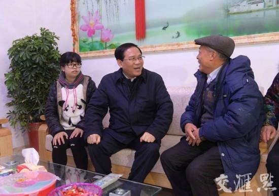 2月3日下午,在陈良居委会安置点,陈可余装修一新的家中,省委书记李强祝愿他新年生活越来越好。交汇点记者 朱江 摄