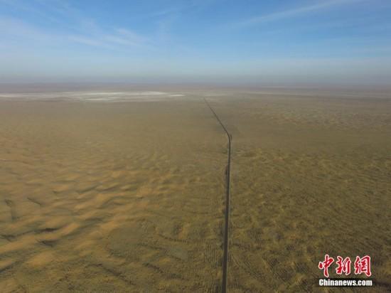 """空中俯瞰中国沙尘暴策源地""""绿色长城""""(图)"""