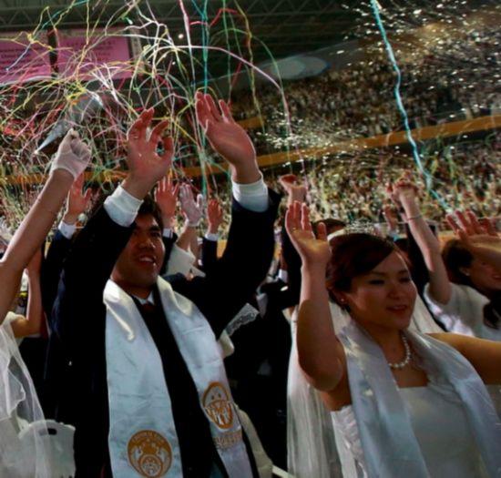 韩国统一教领导人文鲜明信徒的集体婚礼-英国专家 教你如何帮助家人图片