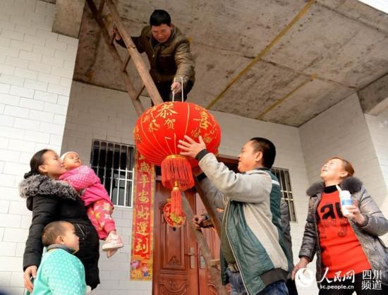 四川蓬安县2500余贫困户住进新房过新年