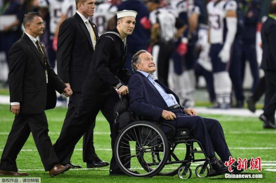 """2月5日,美国国家橄榄球联盟年度冠军赛""""超级碗""""在休斯敦举行,美国在世最年长前总统老布什(George H. W. Bush)携妻子芭芭拉(Barbara Bush)亮相。"""