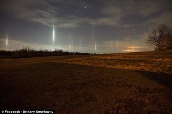 奇景!炫目光柱点亮美国宾州城镇夜空