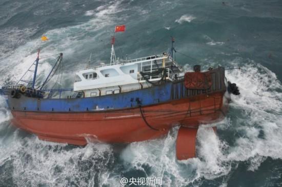 台湾海峡一中国籍渔船遇险 救援现场曝光