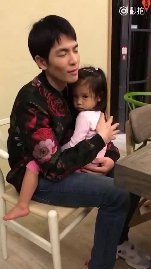 萧敬腾抱林熙蕾女儿感慨:有女儿真幸福(图)