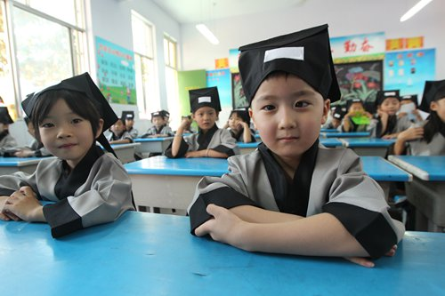 Primary students wear traditional Chinese costume during their school's open day on September 1, 2016 in Xuchang, Central China's Henan Province. Photo: IC