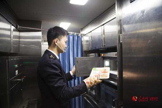 记者体验春运返京高峰:日行1700公里 15元盒饭管够 (组图)