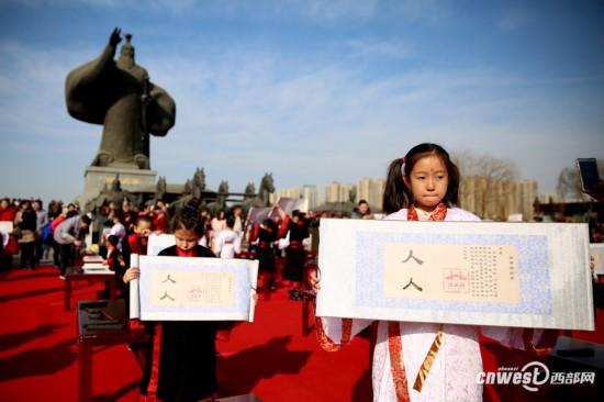 高清:西安汉城湖举行 开笔礼 祈福开智迎新春
