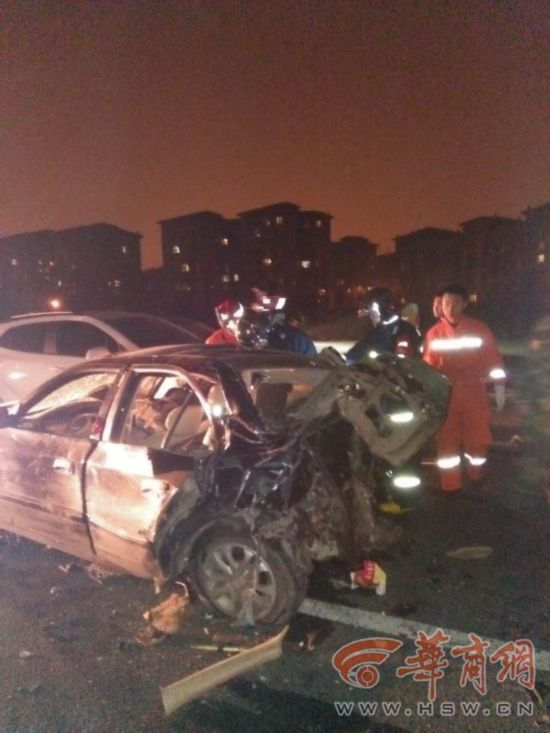 西安绕城高速曲江服务区附近4车连撞 致3人死亡