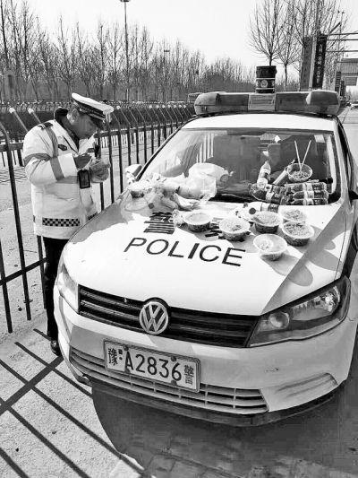 """元宵节郑州进""""车海""""模式 引擎盖成交警的餐桌"""