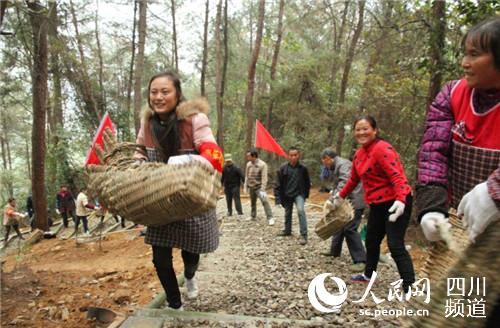 从周边区县赶来的志愿者加入到建设队伍中来。