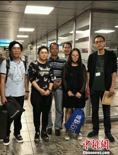 经医院许可,三名游客于12日出院,并搭乘当日下午5点多的航班启程回国。 钟欣 摄