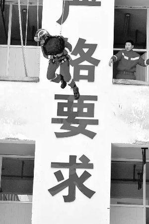 """捧着花""""从天而降"""" 淮安一消防员浪漫求婚成功"""