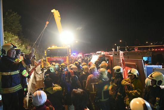 台湾游览车翻车事故已致30人死亡