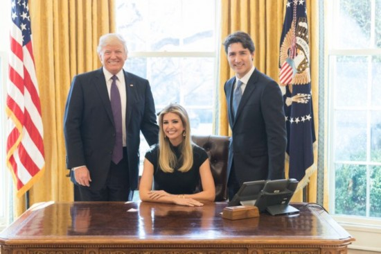 2017年2月15日报道,美国总统特朗普女儿伊万卡当地时间2月13日上传自己坐在总统座椅上与加拿大总理贾斯汀・特鲁多及父亲特朗普在白宫椭圆形办公室会面时的合照。照片引起网友猛烈批评。