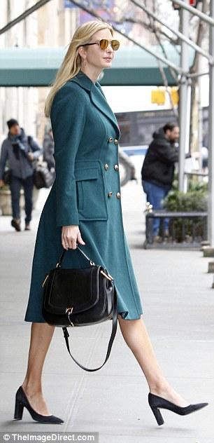 伊万卡已经回到纽约,图为情人节当天中午她走出公寓。