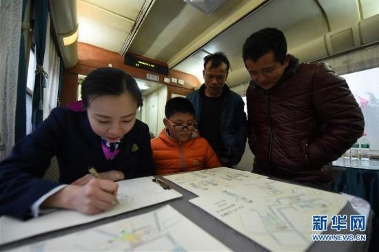 (关注春运)(1)预备列车长手绘漫画提醒旅客乘车安全