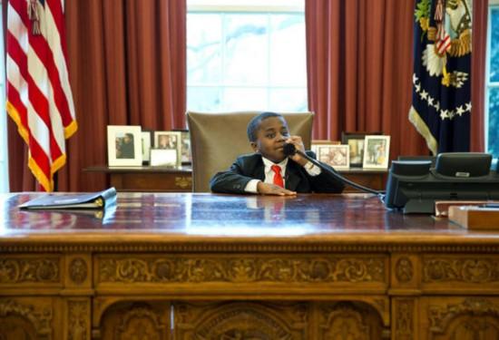 今次事件并非首次出现,在奥巴马任总统期间,一名小男孩也曾坐在椅上拍照。