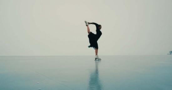 绝美!国外花样滑冰运动员结冰湖面上演花式滑冰