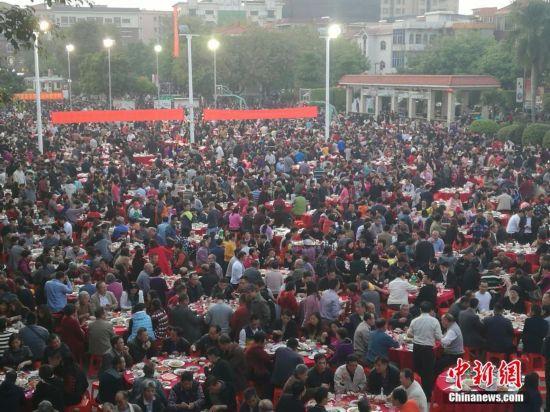 """广东东莞""""万人宴""""摆2100多桌逾2万人赴宴--陕西频道--人民网"""