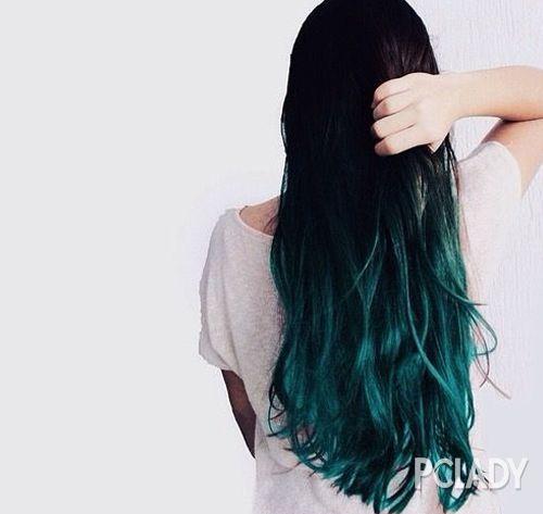 微带自然卷的黑色长发上做孔雀绿的裙摆渐变,梦幻感不输樱花粉图片