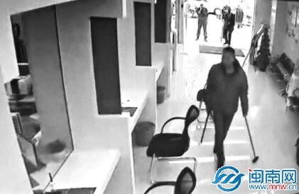 泉州一男子手持锤剑打砸银行 警方:有精神病史