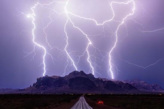 """美""""风暴猎人""""追拍极端天气"""