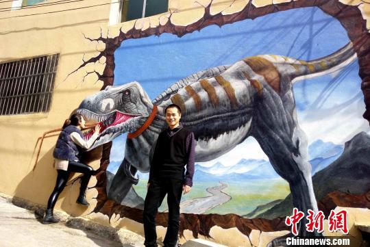 游客在恐龙3D画前留影。 吴苏梅 摄