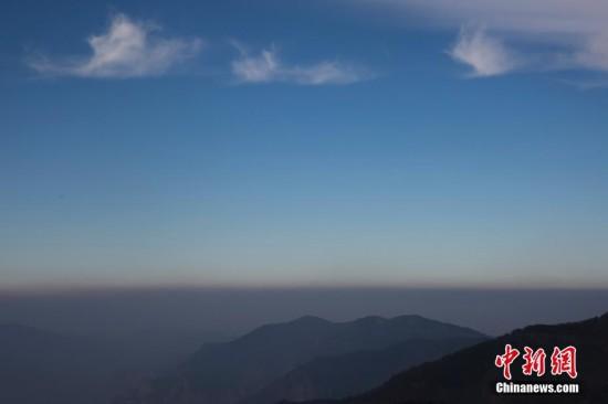 2300米山顶实拍雾霾与蓝天分界线(组图)