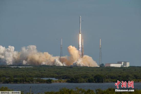 """美国佛罗里达州,美国民营太空探索科技公司SpaceX的猎鹰9号运载火箭,载""""飞龙号""""(Dragon)无人太空货船,自卡纳维尔角发射升空。"""