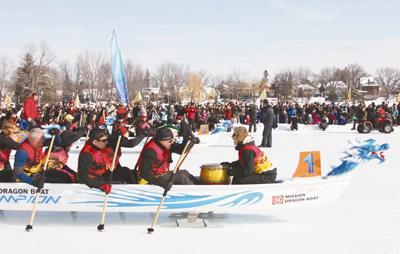 冰雪节上赛龙舟