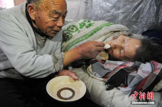 古稀老人照顾病妻26年不离不弃(组图)