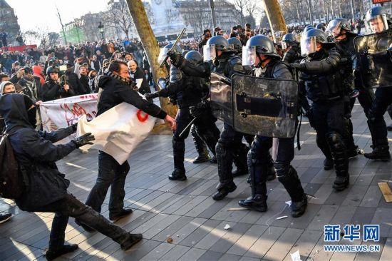 法国出动数万名警员严防暴力示威重演 拘捕千余人