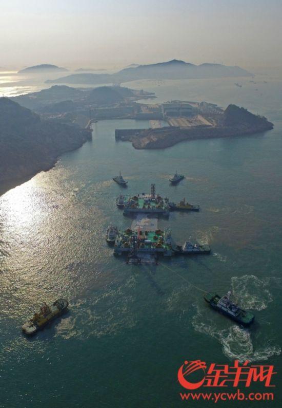2017年2月18日,港珠澳大桥岛隧工程,e29沉管从桂山岛运往安装地点
