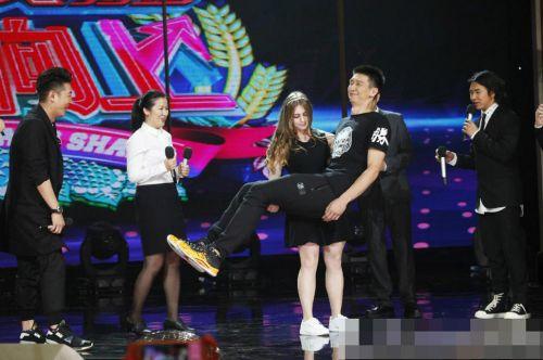 茱莉亚-文斯在中国走红,还是源于一档娱乐节目,她熊抱中国篮球运动员孙悦,让现场人目瞪口呆。