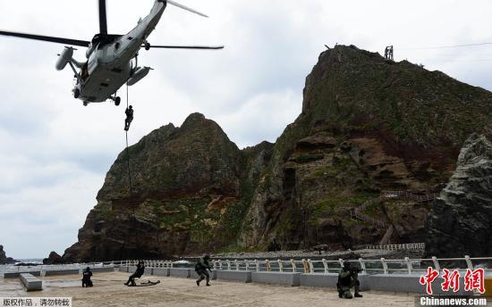 """当地时间10月25日,韩国""""独岛日""""当天,韩国在独岛(日本称竹岛)周边海域举行联合防御军演。这是韩国首次在""""独岛日""""公开举行军演。"""