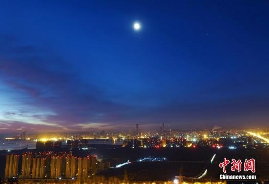 """天宇上演""""土星合月"""" 演绎浪漫""""星月童话""""(组图)"""